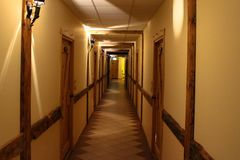 在老城堡样式的走廊与一个木门在晚上 免版税库存照片
