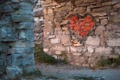 在老城堡的曲拱的被绘的红色心脏 免版税库存照片