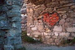 在老城堡的曲拱的被绘的红色心脏 免版税库存图片