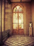 在老城堡的门 免版税库存照片