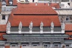 在老城市大厦的门面的雕象在萨格勒布 库存照片