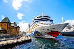 在老城市的口岸的游轮,挪威 免版税库存图片