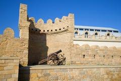 在老城市的墙壁上的古老枪 巴库,阿塞拜疆 库存图片