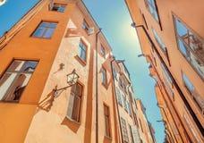 在老城市的天空有窗口和灯笼的在历史房子 斯德哥尔摩,瑞典视图 免版税库存照片