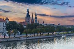 在老城市的看法从道加瓦河河,里加,拉脱维亚的堤防 免版税库存图片
