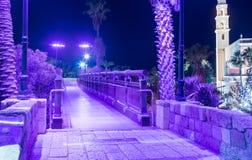 在老城市的聚光灯的紫罗兰色光的祝愿的桥梁Yafo Tel Aviv-Yafo位于以色列 库存照片