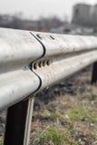 在老城市道路附近金属化高速公路篱芭 库存照片