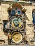 在老城镇厅南门面的布拉格天文学时钟  免版税库存照片