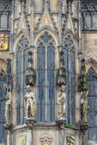 在老城镇厅的墙壁上的雕象Staromestska的在布拉格摆正 库存照片