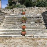 在老堡垒,科孚,希腊的泥罐登高的石步 免版税库存图片