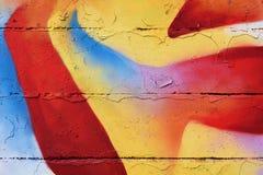 在老墙壁上喷洒的五颜六色的街道画 图库摄影