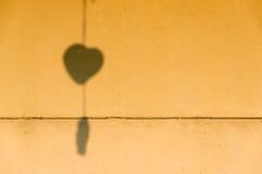 在老墙壁上的心形的阴影 免版税库存图片