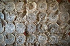 在老墙壁上的老瓦片 免版税库存图片