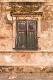 在老墙壁上的老窗口 库存图片