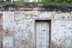 在老墙壁上的老门 库存照片