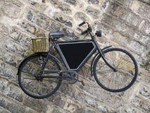 在老墙壁上的葡萄酒自行车 免版税图库摄影