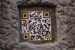 在老墙壁关闭的QR代码街道画 免版税库存照片