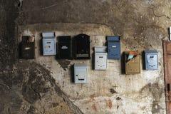 在老墙壁安置的混乱邮箱在巴勒莫,意大利 免版税库存图片