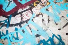 在老墙壁的抽象五颜六色的街道画片段 免版税库存照片
