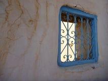在老墙壁的方形的蓝色窗口 图库摄影