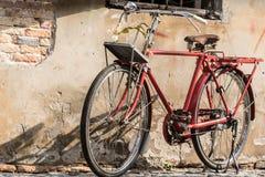 在老墙壁的老自行车 图库摄影