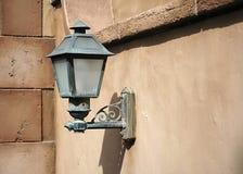 在老墙壁的Lightpost 库存照片