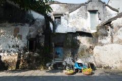 在老墙壁附近的摊贩在Hoian,越南 库存照片