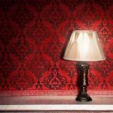 在老壁炉的葡萄酒灯在有红色rocco样式的屋子里 免版税库存照片