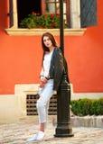 在老夏天游人镇街道上的青少年的女孩  库存照片