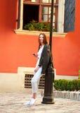 在老夏天游人镇街道上的青少年的女孩  免版税库存图片