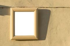 在老大厦墙壁上的木制框架在日落,空白的Wh期间的 库存照片