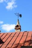在老大厦屋顶的翻板  免版税库存图片