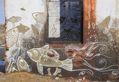 在老大厦的墙壁上的异常的图画 图库摄影