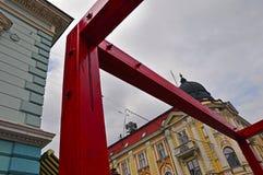 在老大厦的背景的当代艺术 免版税库存图片