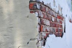 在老大厦的被暴露的砖墙 库存照片