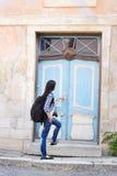 在老大厦附近的可爱的年轻女性游人 库存照片