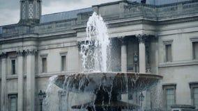在老大厦附近的喷泉在城市 股票视频