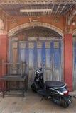 在老大厦,禁令Singha Tha, Yasothon,泰国的一部小型摩托车 库存图片