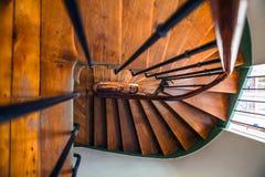 在老大厦,巴黎,法国的木螺旋形楼梯 免版税库存图片