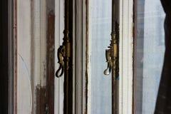 在老大窗口的老铜窗口把柄在一栋公寓在圣彼德堡历史的区  库存图片