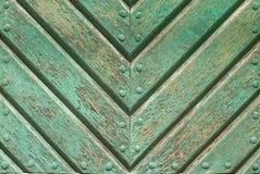 在老委员会的门的切削的油漆构造背景 免版税图库摄影