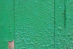 在老委员会的门的切削的油漆构造背景 库存图片