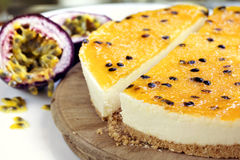 在老委员会的Passionfruit乳酪蛋糕侧视图 免版税库存照片