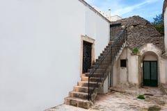 在老家附近的老葡萄酒石头楼梯 库存图片