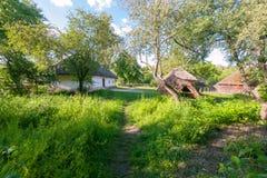在老小屋和树小山之间的一个干净和绿色庭院在日常生活博物馆  乌日霍罗德乌克兰 库存照片