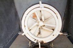 在老小船的盖子门 库存图片