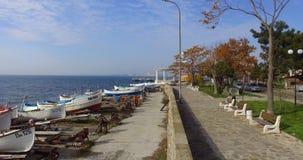 在老小船码头附近的被恢复的堤防在保加利亚波摩莱 免版税图库摄影