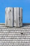 在老屋顶的木烟囱 库存照片