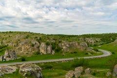 在老岩层的风景视图在欧洲在多布罗加峡谷,罗马尼亚 免版税库存照片