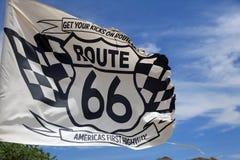 在老巡逻驻地的旗子沿在朴树果的历史的路线66 arizonian 免版税库存照片